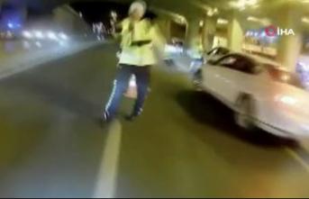 Trafik teröristi, motosikletini polisin üzerine sürdü