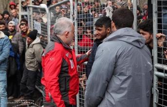 Avrupa'ya geçmek isterken mağdur olan göçmenlere kızılay yardımı