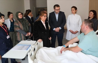 Bakan Pekcan'dan tedavi altındaki gümrük personelini ziyaret