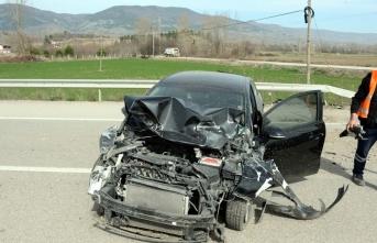 Otomobil ile kamyonet çarpıştı! Yaralılar var