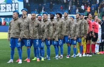 Rizespor, maç öncesi sahaya asker üniformasıyla çıktı