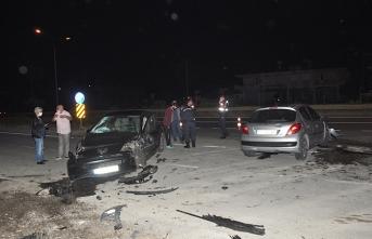 Antalya'da iki otomobil kafa kafaya çarpıştı: Yaralılar var