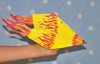 Çocuklar kağıt uçak tasarımlarıyla yarıştı