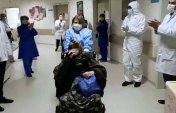 Karabük'te koronavirüsü yenen 72 yaşındaki kadın alkışlarla taburcu edildi
