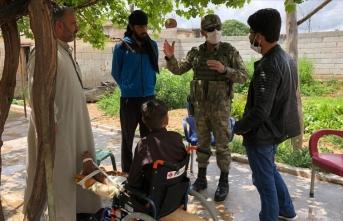 Mehmetçik, terör örgütünün sakat bıraktığı Suriyeli çocuğu ziyaret etti