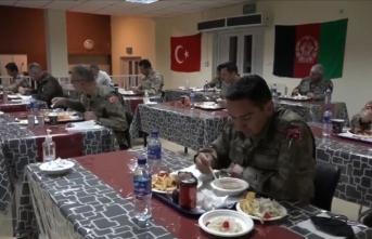 Milli Savunma Bakanlığı, yabancı ülkelerde görevli Mehmetçiğin ilk iftar görüntülerini paylaştı