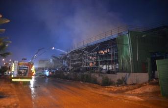 Fabrika yangınında soğutma çalışmaları sürüyor