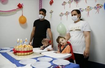 İngiltere'de operasyonla ayrılan siyam ikizlerinin doğum günü kutlandı