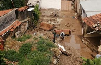 Manisa'da sel nedeniye 2 ev yıkıldı