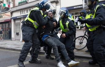 Sokak partisi kavgası: Onlarca polis yaralandı!