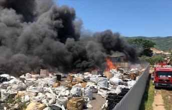 Yangın çıkan geri dönüşüm tesisi kullanılamaz hale geldi