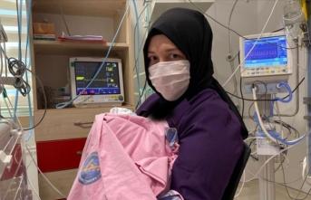 Kadavradan rahim nakli yapılan Derya Sert, bebeğini kucağına aldı