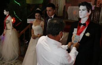 Karabük'teki bir düğünde takılar cansız mankenlere takıldı