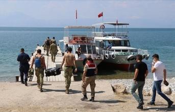 Van Gölü'nde batan teknedeki cesetlerin çıkarılması için çalışmalar sürüyor