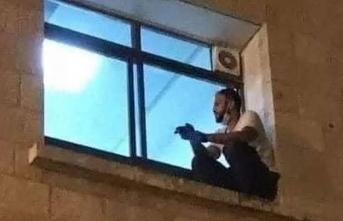 Virüse yakalanan annesini son kez görmek için... Filistinli gencin fotoğrafı, sosyal medyayı ağlattı