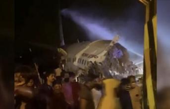 Hindistan'da iniş sırasında pistin dışına çıkan uçak ikiye bölündü