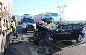 Otomobil hareket halindeki TIR'ın altına girdi: 3 ölü, 1 yaralı