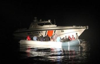 Balıkesir'de Türk kara sularına itilen 32 düzensiz göçmen kurtarıldı