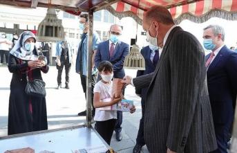 Cumhurbaşkanı Erdoğan, vatandaşlara kestane ikram etti