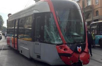 Fatih'te tramvay ile midibüs çarpıştı