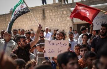 İdlib halkı, şehidimiz Piyade Uzman Onbaşı Serdar Aslan'ın resmini taşıyarak Türkiye'ye destek gösterisi yaptı
