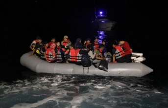 Motoru arızalanan bottaki sığınmacıları sahil güvenlik kurtardı