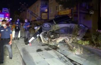Otomobil elektrik direğine çarptı: Yaralılar var