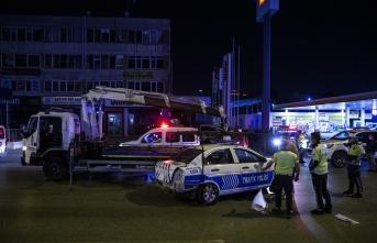 Polis aracı bariyerlere çarptı! Yaralılar var