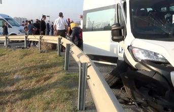 Servis minibüsü ve otomobil çarpıştı: Çok sayıda yaralı var!