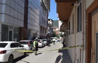 Ailesini bıçakla tehdit edip polise saldırdı! Vurularak durduruldu