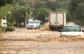 Antalya yağmura ve rüzgara teslim