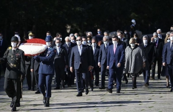 Bakan Çavuşoğlu ve merkezde görevli büyükelçilerden Anıtkabir'e ziyaret