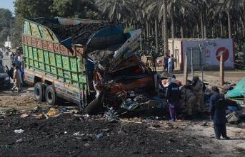 Feci kaza! Otobüs ile kamyon çarpıştı: Onlarca ölü