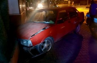 Otomobil okul duvarına çarptı: Yaralılar var!