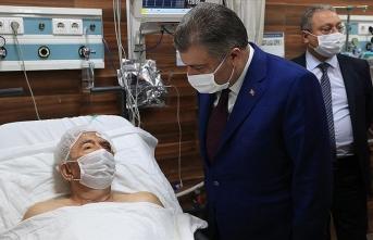 Sağlık Bakanı Koca 33 saat sonra enkazdan çıkarılan Ahmet Çitim'i hastanede ziyaret etti
