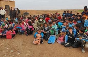 Mehmetçik'ten öğrencilere yardım