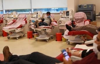 Vatandaşlar kısıtlamaya rağmen kan merkezlerine akın etti