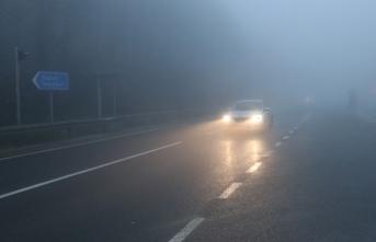 Yoğun sis ve sağanak sürücülere zor anlar yaşattı