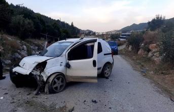 Antalya'da devrilen ticari aracın sürücüsü öldü