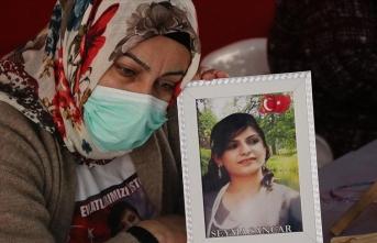 Evlat nöbetindeki anne: PKK kızımın elini kolunu bağlayarak zorla götürdü