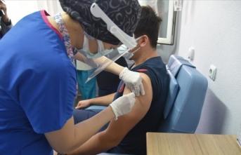 İlk gün 285 bin sağlık çalışanına aşı yapıldı