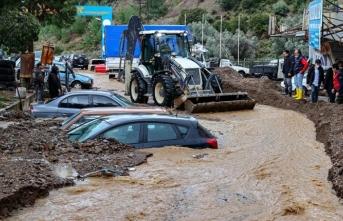 Araçlar sular altında kaldı, hayvanlar telef oldu