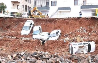 İstinat duvarı çöktü, 6 araç kazı alanına düştü