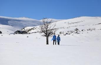 Karlı yolları aşarak Kovid-19 aşısı yapıyorlar