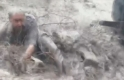 Manisa'da yaşlı adamın sele kapılması kameraya yansıdı