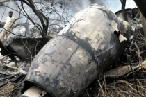 Büyük felaket! Yolcu uçağı evlerin üzerine düştü!