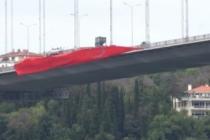 15 Temmuz Şehitler Köprüsü'nde Türk bayrağı dalgalandırıldı