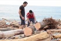 Kışlık yakacak ihtiyacı için selin Karadeniz'e sürüklediği odunları topluyorlar
