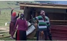 Yaylacı kadınlar kaçak yapıyı yıktı