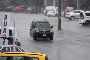 Bodrum'da sağanak yağış vatandaşa zor anlar yaşattı